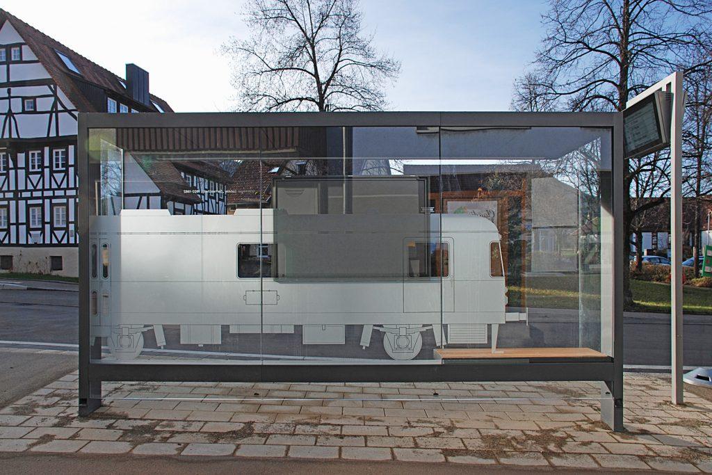 Glasgestaltung Bushaltestelle Gönninger Bähnle